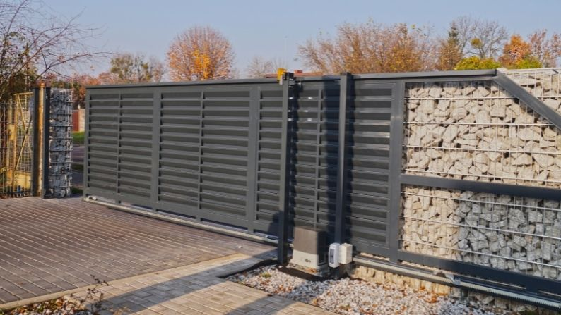Why You Should Install Automatic Gates in Commercial Settings